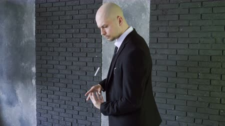 czarodziej : Illusionist at work. Magician showing a magic trick with flying cigarette. 4K Wideo