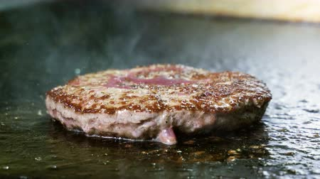 cielęcina : Close-up shot of cook grilling on grid beef or pork cutlet for hamburger. 4K