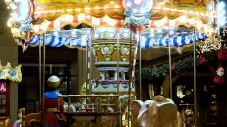 çimenli yol : Carousel. A city is decorated for Christmas with lights, street decorations. 4K