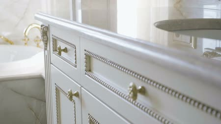 woninginrichting : The interior of a luxurious bathroom. Close-up of furniture. Slow motion. HD