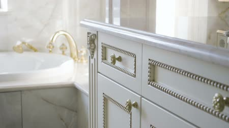 sanitário : The interior of a luxurious bathroom. Close-up of furniture. Slow motion. HD
