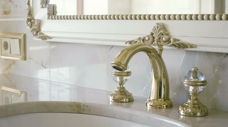 šik : The interior of a luxurious bathroom. Close-up of furniture. Slow motion. HD