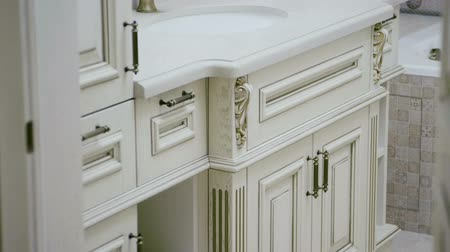 lavatório : The interior of a modern bathroom. Close-up shot of furniture. Slow motion. HD Vídeos