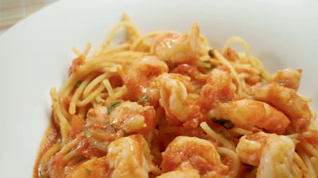 makaróni : Close-up panoramic shot of spaghetti with shrimp. Seafood pasta on a white plate. Slow motion. HD