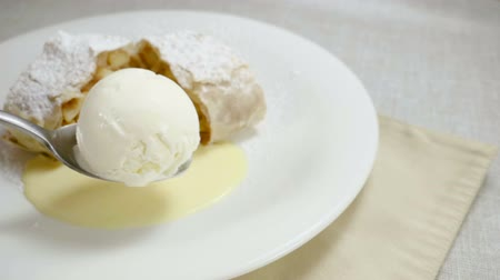 pão de especiarias : Close-up shot of strudel with apples, ice cream and mint. Slow motion. HD