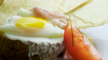 желток : Breakfast. Poached egg, bacon, tomato, green onion, sour cream sauce on toast bread. 4K