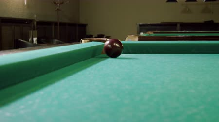 poolbiljart : Biljart. Close-up shot van biljartbal geraakt door snooker keu vallen in zak op een biljarttafel. 4K