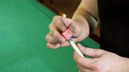 pallino : Game of billiards. The billiard player chopping the snooker cue with chalk. 4K Filmati Stock