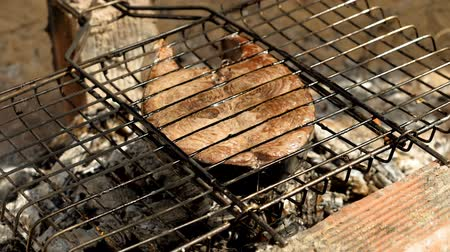 маринованный : Close-up shot of delicious grilled tuna fish on barbecue grill. Slow motion. HD