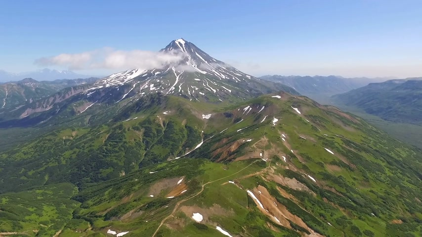 moğolistan : Volcano in Kamchatka. The span of the camera to the volcano