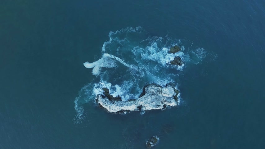kayalık : Aerial view of ocean waves washing up rock, cliff, reef. Waves crash against jagged