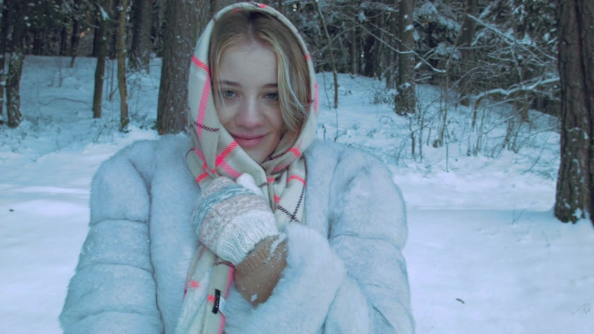 zmrazit : Young woman with winter clothing posing outdoor