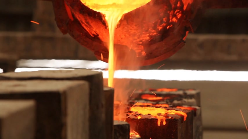 кузнец : Metal casting in a factory