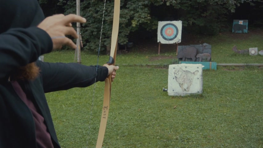 побеги : Man shoots an arrow to the board