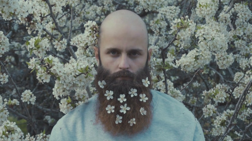 květina : Man with flowers in his beard