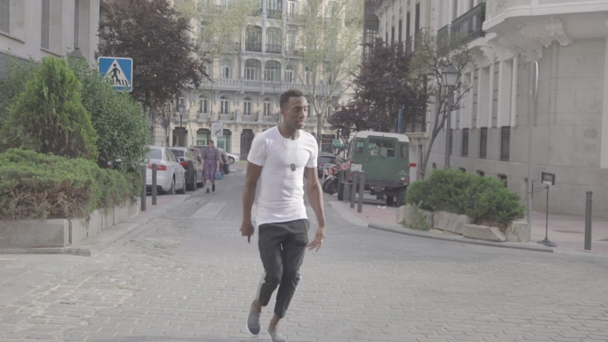 chmiel : Man doing a hiphop dance on the streets