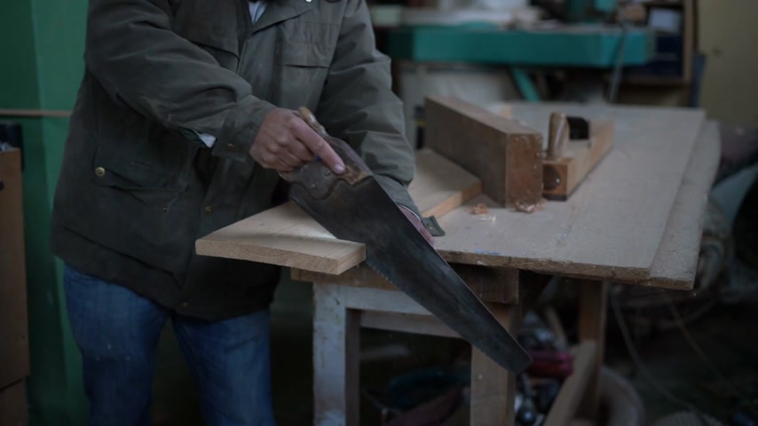 denteado : Man sawing a plank of wood