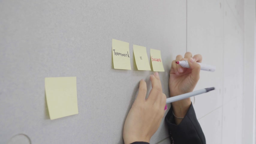 somebody write text mean success on sticky note on board in workplace Wideo