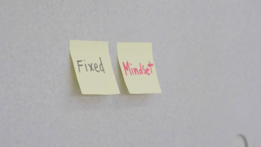 médio : somebody write text mean success on sticky note on board in workplace Stock Footage