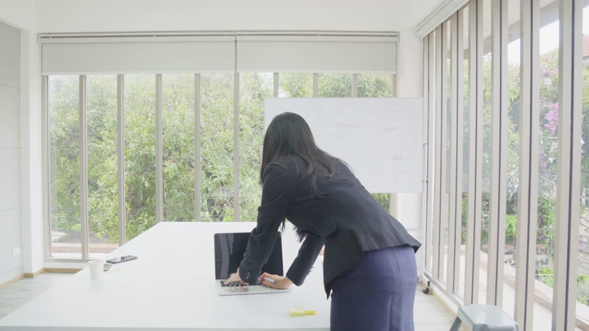 Asian business woman work with laptop computer and write text on sticky note in workplace Wideo