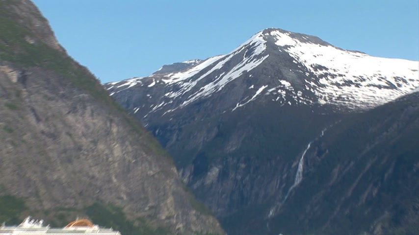 noruega : Sailing through the fjords of Norway on a sunny summer day - Passenger transportation - Holidays - Europe travel destination Vídeos