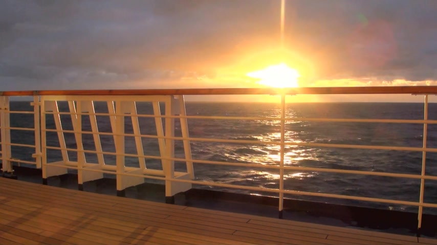 convés : Sunset in Chilean Fjord - Deck railing of cruise ship in the Pacific Ocean - Travel Destination - South America - Cruising Antarctica