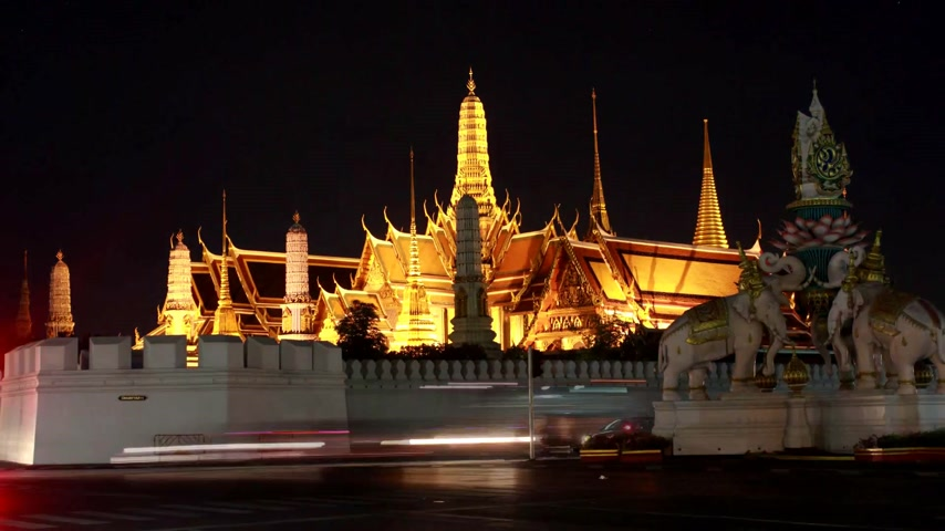 пагода : Wat Phra Kaew at night and street, bangkok, Thailand. Стоковые видеозаписи