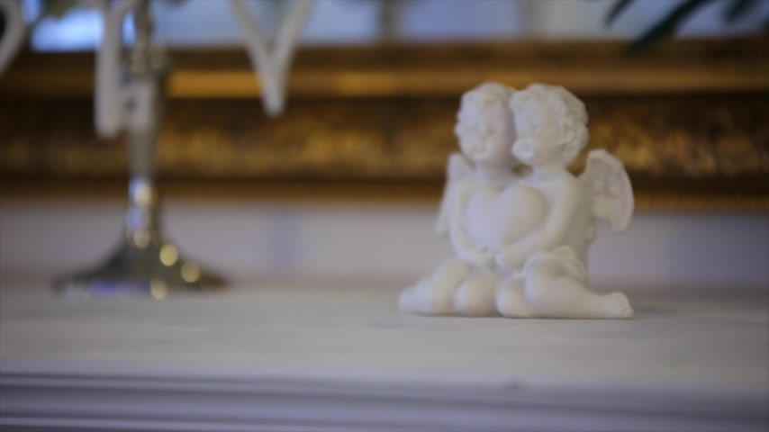 cupido : Porcelain angels with heart in hands