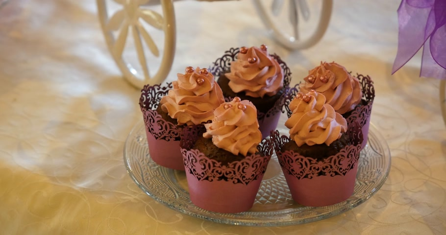 wedding cake : sweet cream and chocolate muffins