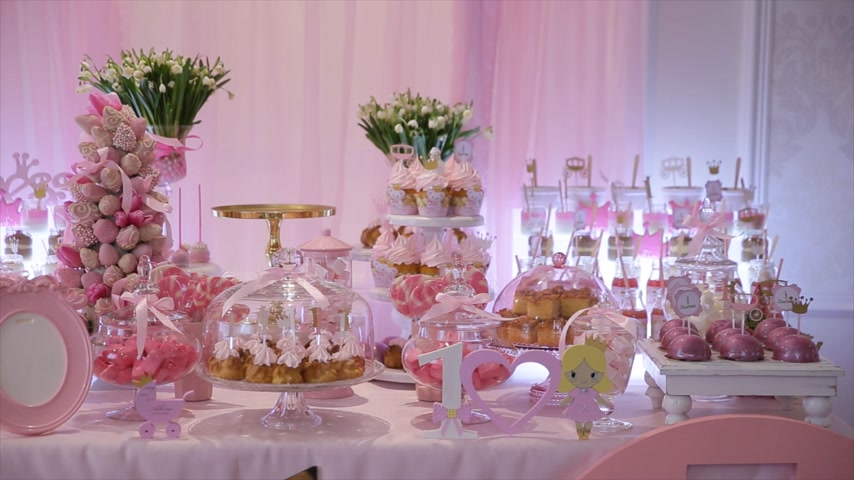 doces : Delicious sweet buffet with cupcakes, Sweet holiday buffet with cupcakes and meringues and other desserts Stock Footage