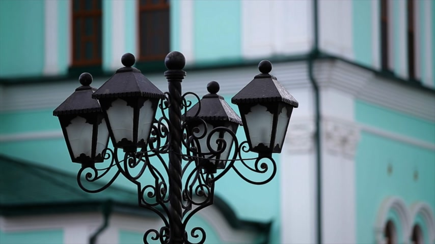 sokak lâmbası direği : Vintage street lamp green background Stok Video