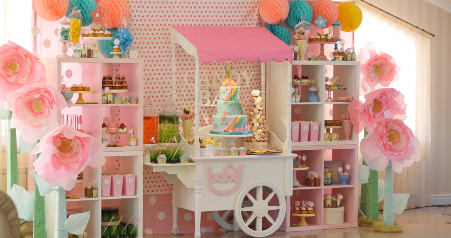 delicioso : Delicious sweet buffet with cupcakes, Sweet holiday buffet with cupcakes and meringues and other desserts Vídeos