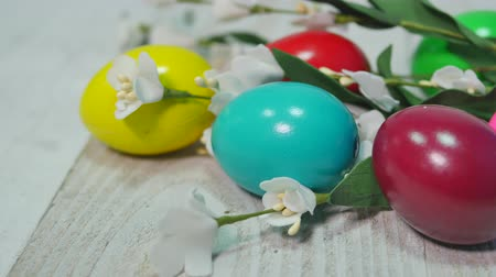 koszyk wielkanocny : Colorful Easter eggs on wooden background Easter holidays background. Wideo