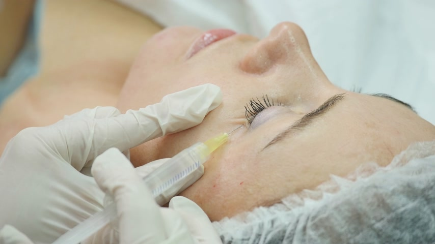 operacja plastyczna : Mesotherapy. Beautiful woman gets an injection in her face. Wideo