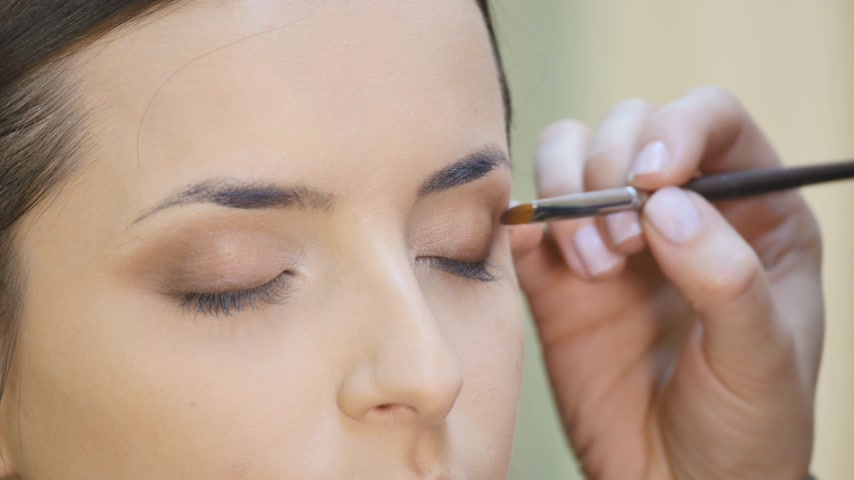 kaşları : Eye makeup woman applying eyeshadow powder