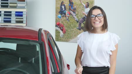 política : Young happy woman near the car with keys in hand - concept of buying car