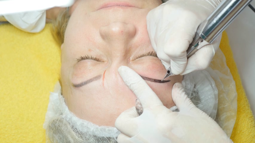 dövme : Cosmetologist making permanent makeup Stok Video