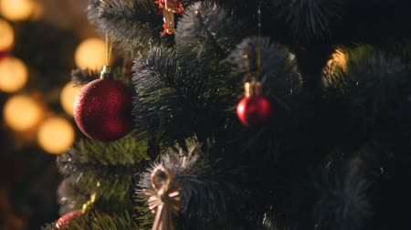 вешать : Decorated Christmas tree on blurred, sparkling and fairy background