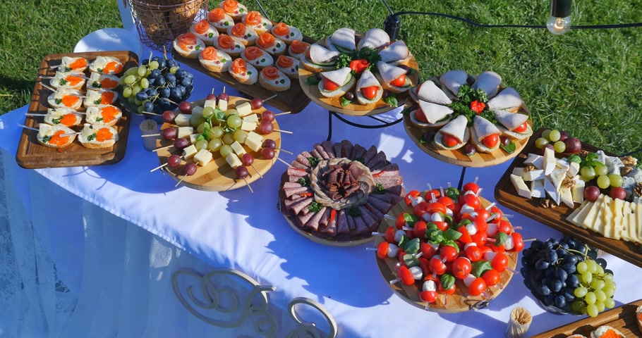 буфет : Beautifully decorated catering banquet table with different food snacks and appetizers on corporate christmas birthday party event or wedding celebration