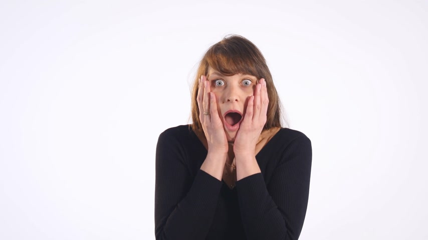 потрясенный : Young surprised woman on white background