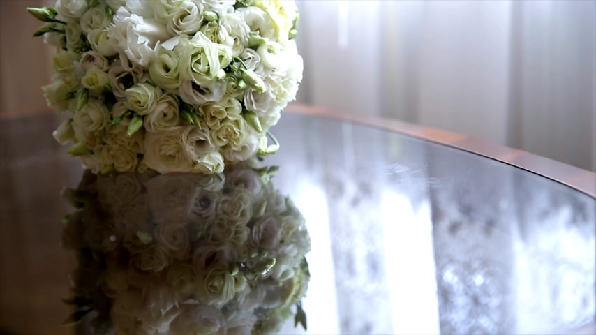 halftone : White natural wedding bouquet on glass table