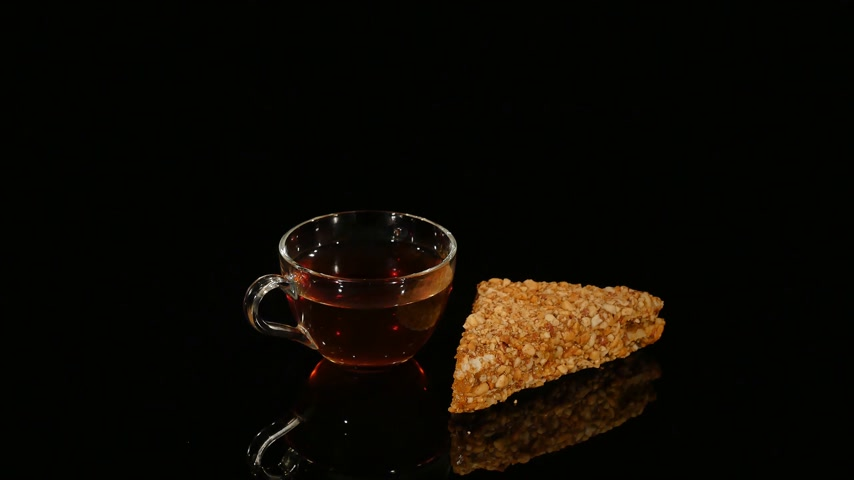 receita : piece of cake and a cup of coffee rotate on a black background