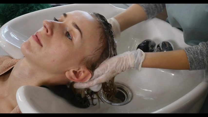 салон : Hair care in the modern Spa. woman having hair washed by hairdresser in hair salon.Woman washing hair in a Spa.Spa treatments, beauty center.Barber washes the head of a beautiful girl