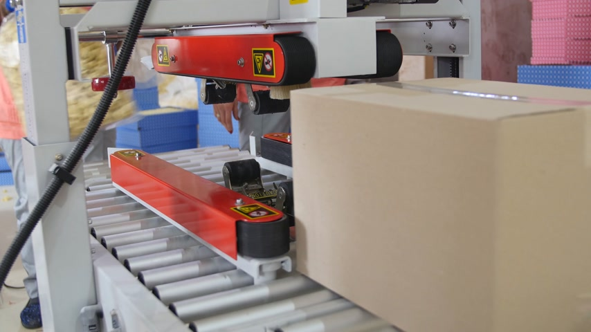 importação : Cardboard boxes are weighed on a transporter of a packaging line Vídeos