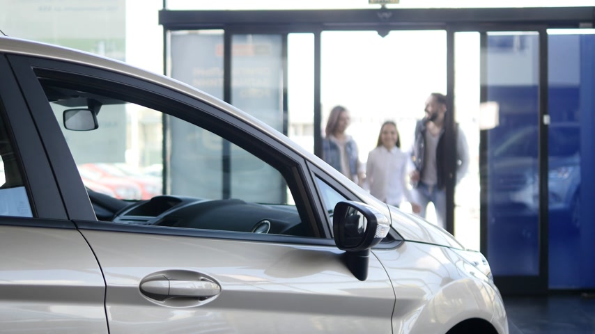 sala de exposição : young family comes into Car dealership to choose the car to buy it Vídeos