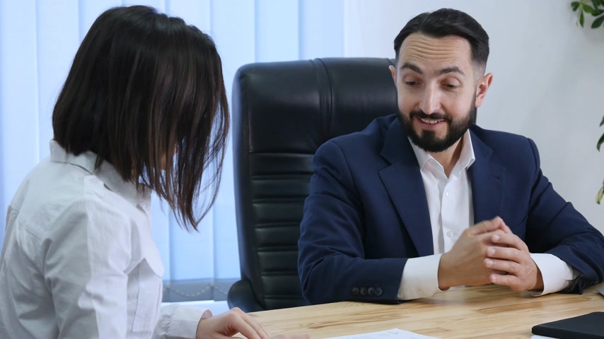 закрывать : Businesswoman signs a contract and shakes hands on the deal