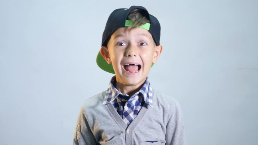 gritar : The boy with toothless smile laughs hard on the white background