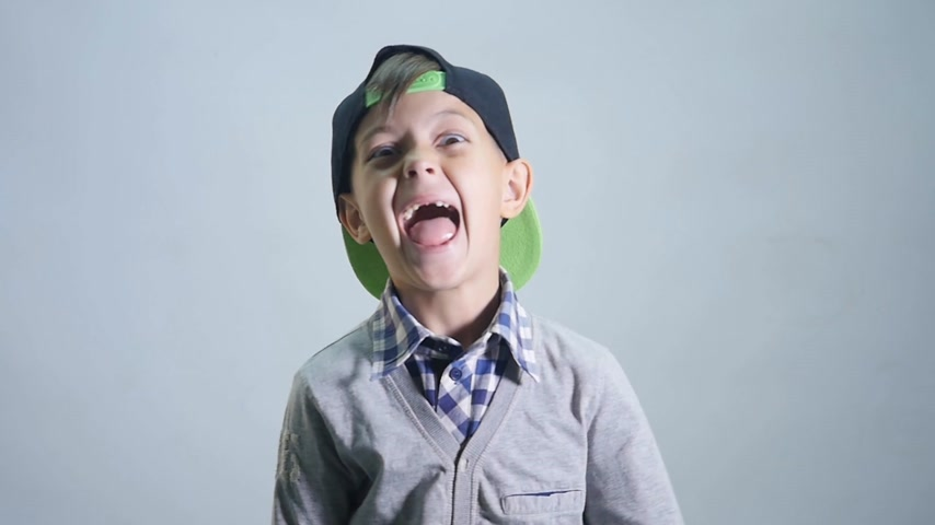 gritar : The boy laughs hard on the white background