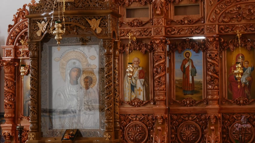 murals : 30.01.2018, Chernivtsi, Ukraine - beautiful wooden iconostasis in the new church Stock Footage