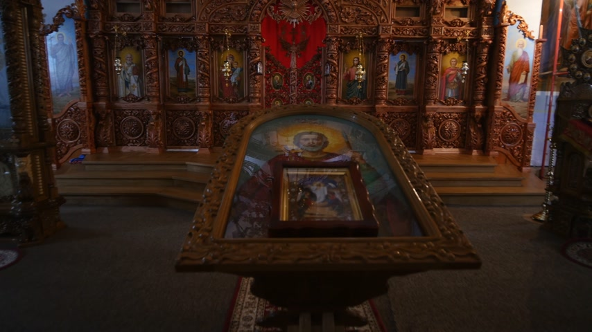 abençoado : 30.01.2018, Chernivtsi, Ukraine - beautiful wooden iconostasis in the new church Vídeos